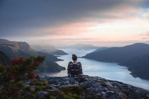 Vrouw rust in natuur