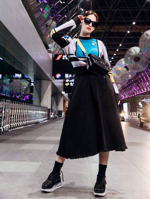 楊丞琳手提黑色羊毛粗呢MINI DAUPHINE手袋現身機場,準備出發巴黎時裝週看秀。