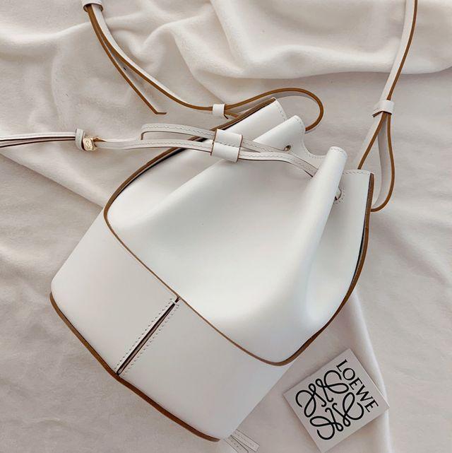 詢問度超高的 LOEWE Balloon 系列推出夏日必備帆布、編織水桶包!經典外型搭配編織直接穿出高級度假感