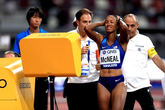 la vallista estadounidense brianna mcneal se lleva las manos a la cabeza tras su descalificación de los 100 metros vallas del mundial de doha 2019