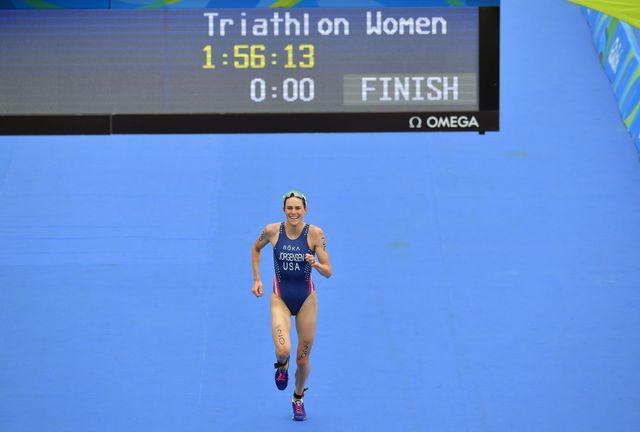 la estadounidense gwen jorgensen cruza victoriosa la línea de meta del triatlón de río 2016, donde se colgó la medalla de oro