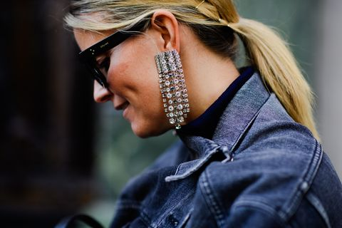 Hair, Face, Eyewear, Hairstyle, Glasses, Beauty, Ear, Street fashion, Nose, Blond,