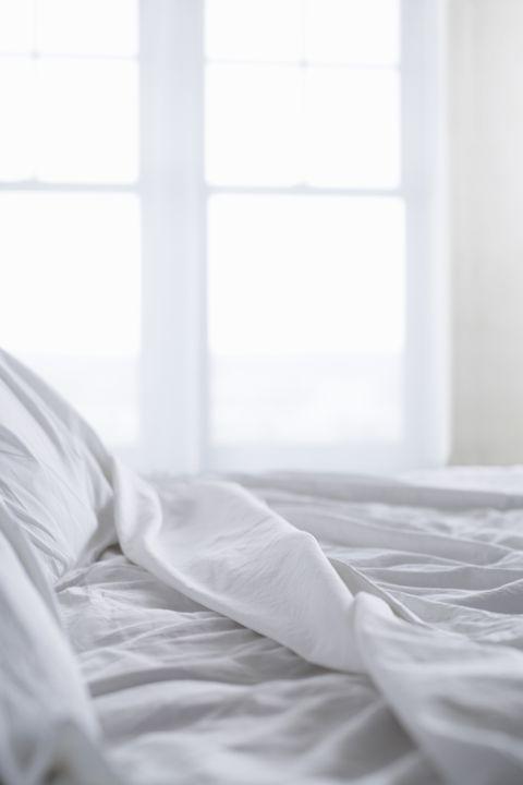 Cama con sábanas blancas