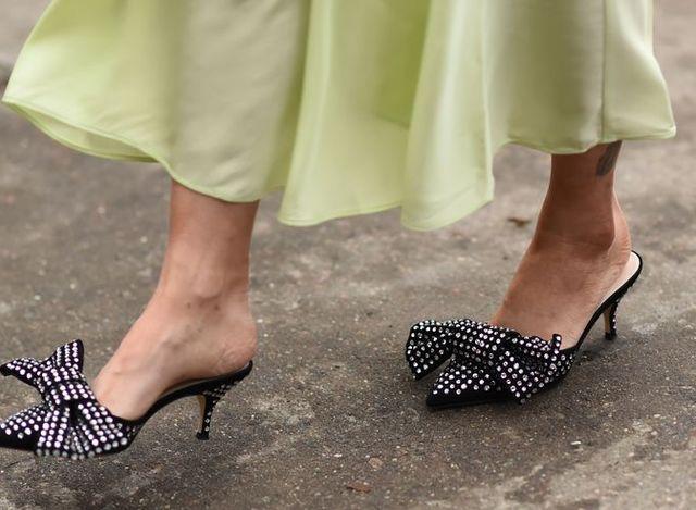 best service 83fc1 68adf Questi 12 sabot sono la novità scarpe donna estate 2019