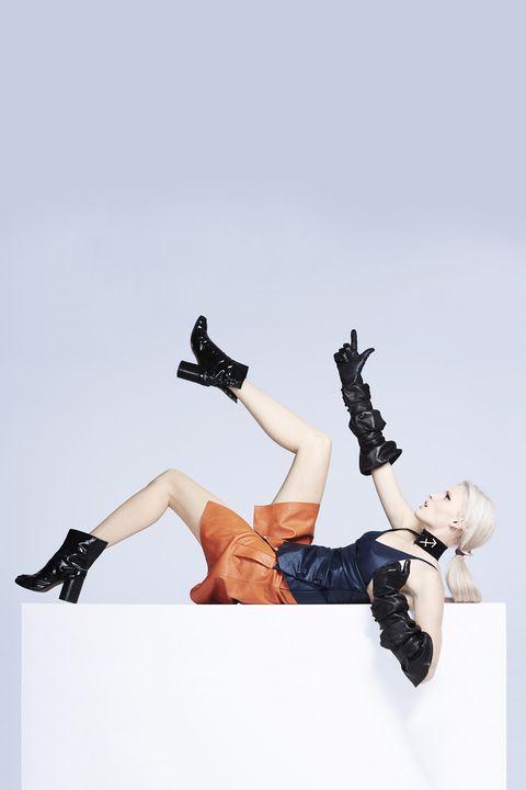 Leg, Joint, Footwear, Human leg, Arm, Thigh, Human body, Knee, High heels, Shoe,