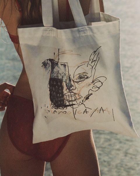 saint laurent向傳奇藝術家basquiat致敬!推出聯名手機殼、托特包線上搶購