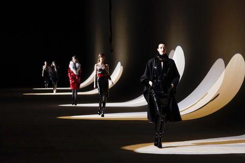 De Saint Laurent catwalk werd op een opvallende manier belicht tijdens de presentatie van de Herfst/Winter 2020 show.