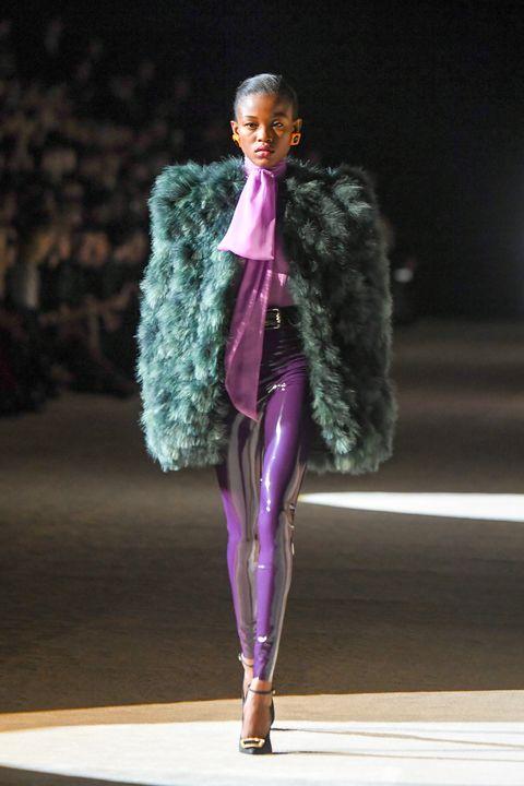 Brede schouders en 80's geïnspireerde looks tijdens de Saint Laurent Herfst/Winter 2020 show.