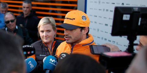 El piloto de Fórmula 1 Carlos Sainz atiende a la prensa.