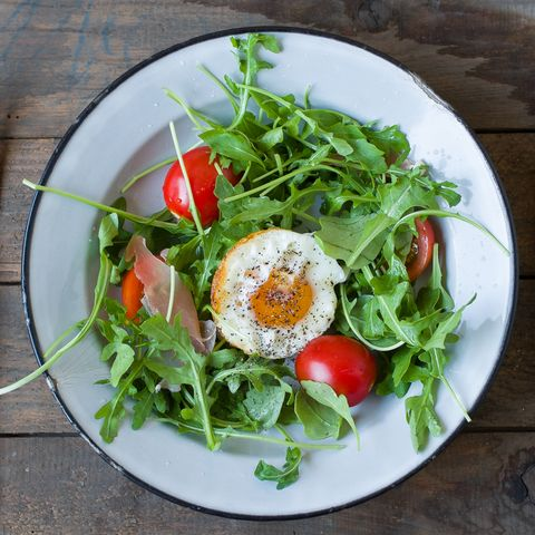 Salad with egg, tomato and rucola