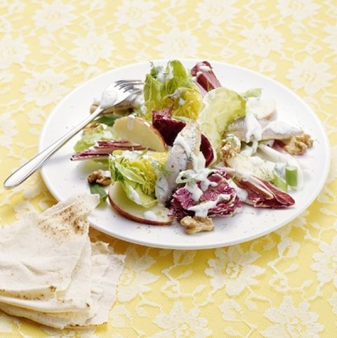 Salade van slaharten, appel en walnoten met sprotjes