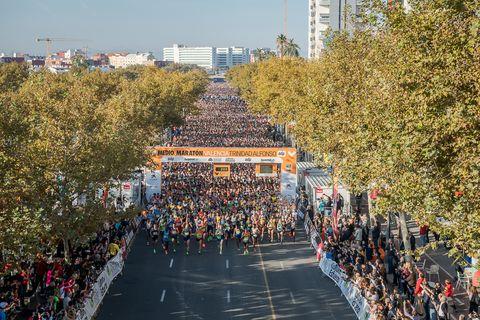 una masa de corredores en la salida del maratón de valencia 2019