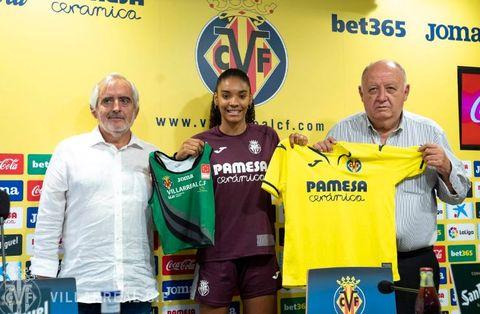 Salma Paralluelo en su presentación con el Villarreal