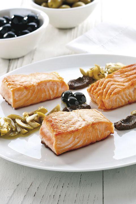 salmón con aliño de aceitunas