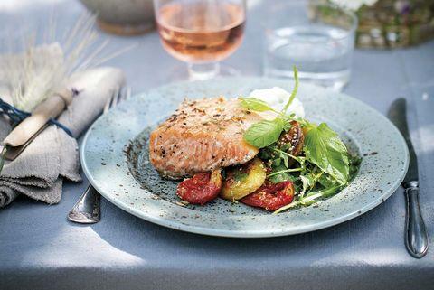 salmón marinado con cítricos y tomates a la plancha