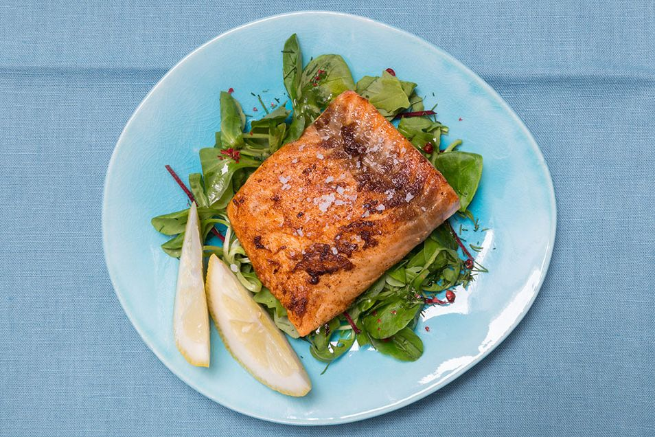Salmon with mixed greens and lemon
