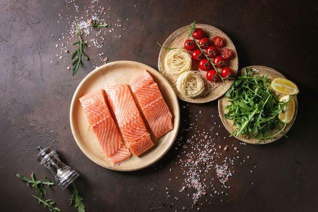 plato con salmón, un alimento rico en vitamina d