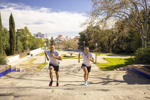 dos corredores suben las escaleras de montjuic en la salomon run barcelona 2021