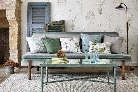 salón de verano con papel pintado de plantas