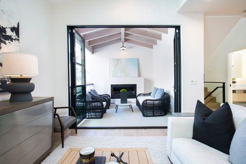 salón decorado en tonos neutros abierto al porche