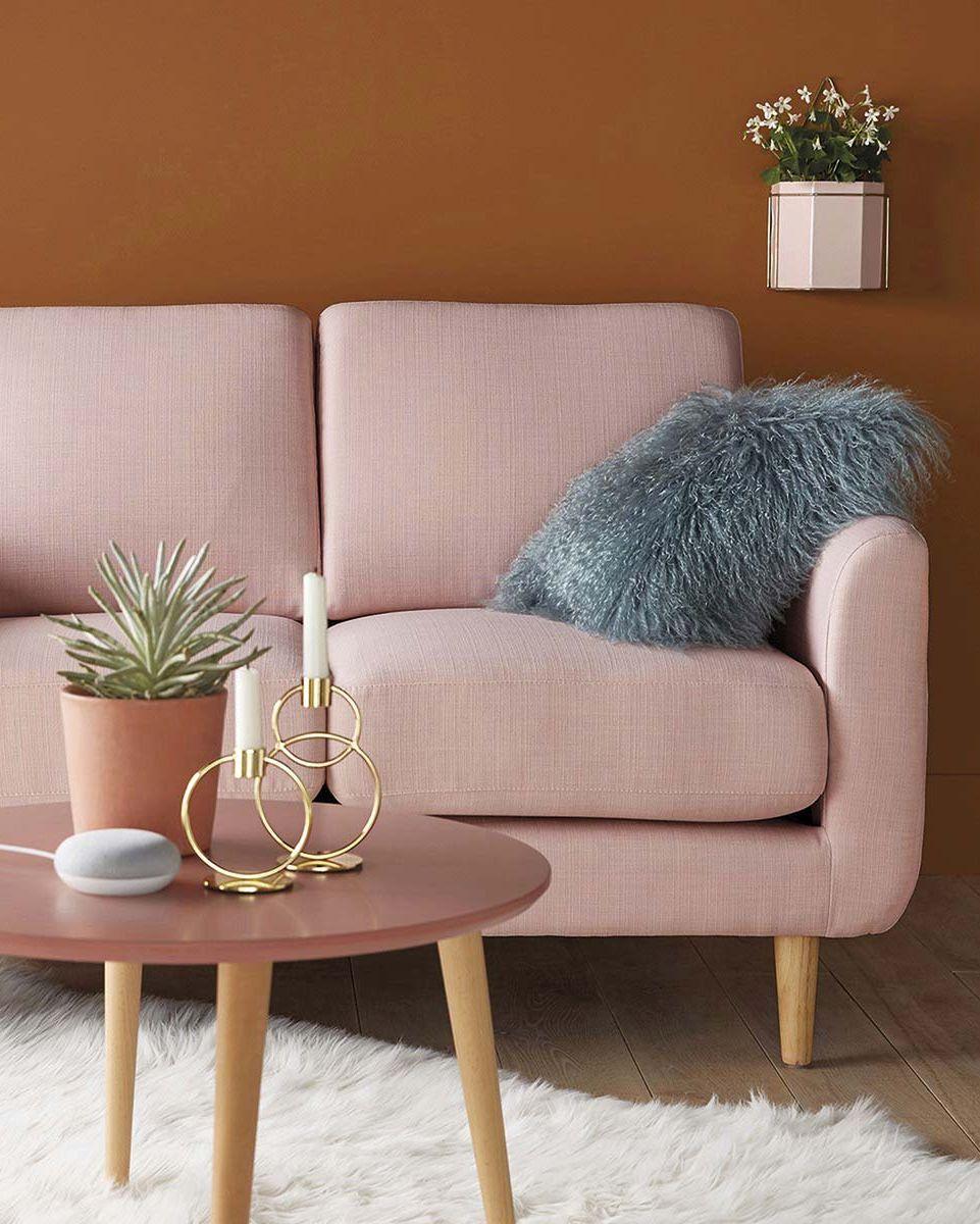 Manta de pelo largo: Salón con sofá rosa