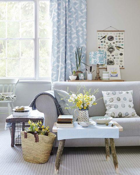 Salón en blanco y azul claro