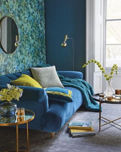 Salón azul con pintura lisa y papel pintado