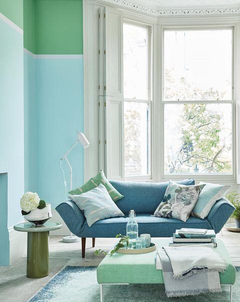 Salón en azul y verde con zócalo alto