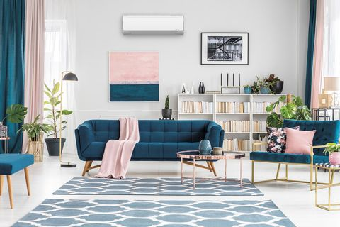 salón en rosa y azul con aire acondicionado split de midea
