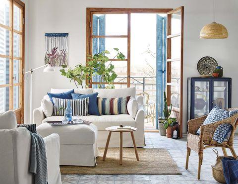 Salón con balcones en blanco, azul y madera