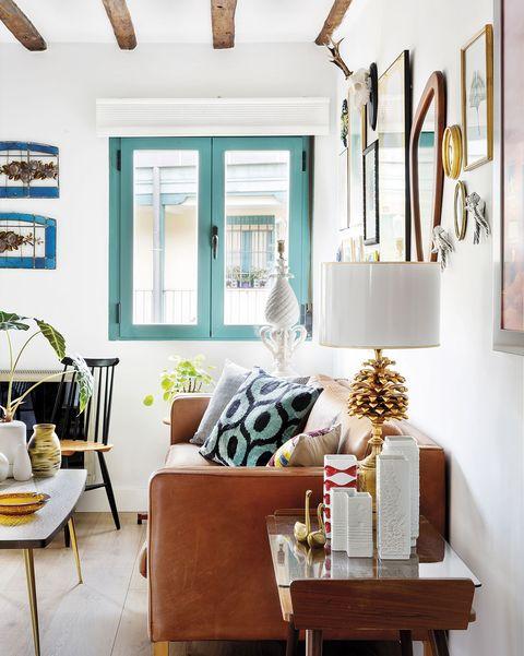 salón actual con vigas en el techo y ventanas azules