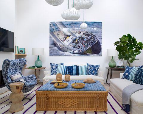 salon estilo playero azul blanco y mesa de mimbre