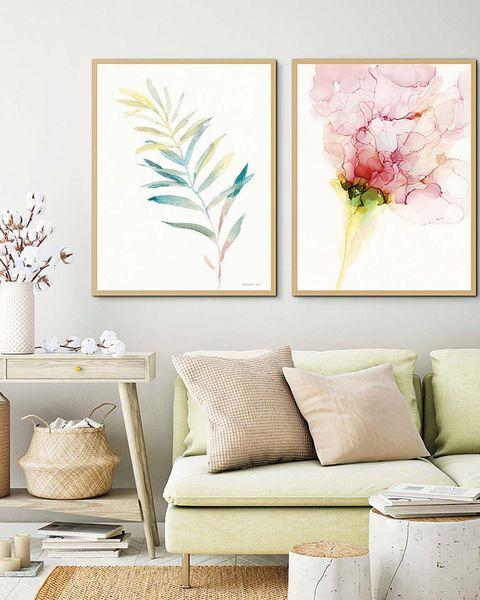 salón en colores claros con cuadros en la pared del sofá