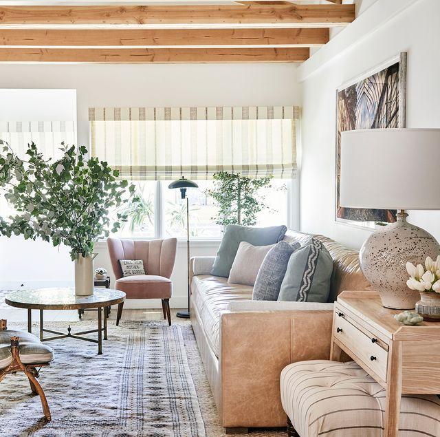 salón con decoración ecléctica en tonos neutros