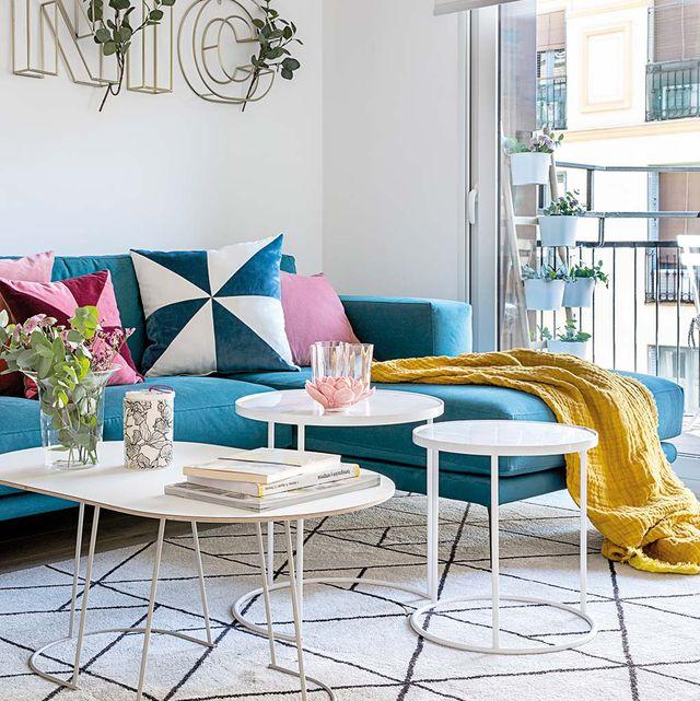 sofá azul con chaise longue