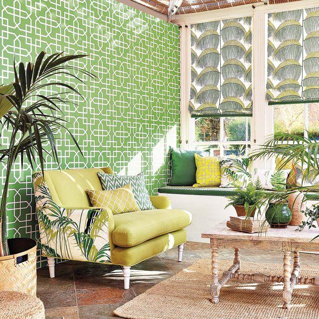 salón en verde con plantas de interior y pared con papel pintado verde