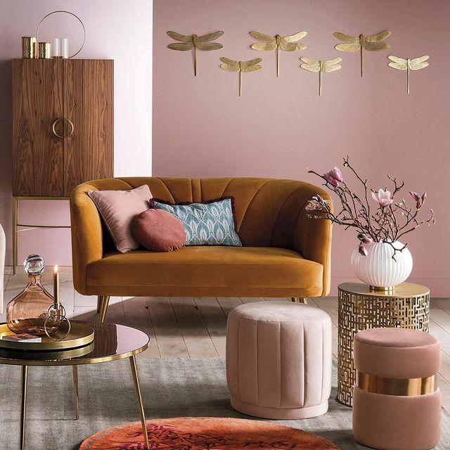 Terciopelo: Salón con sofá mostaza
