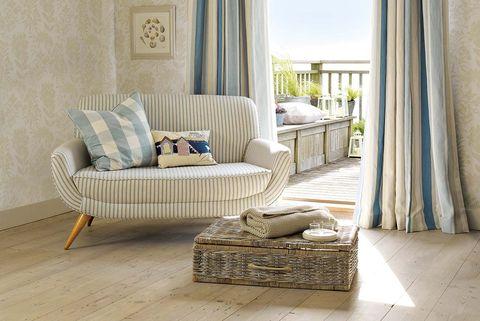 salón decorado en colores azul cielo y marfil