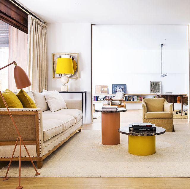 casa años 60 reformada  salon con dos mesas de centro, sofá y butacas