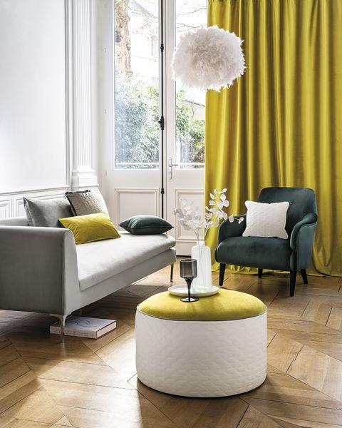 salón elegante decorado en gris y amarillo