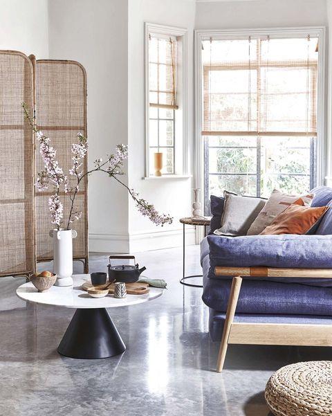 estilo japandi salón con biombo y sofá con estructura de madera