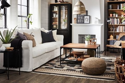 salón de estilo rústico con sofá blanco