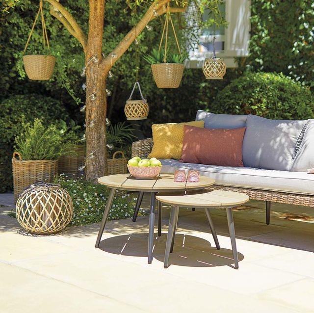 salón en el jardín con lámparas de fibra