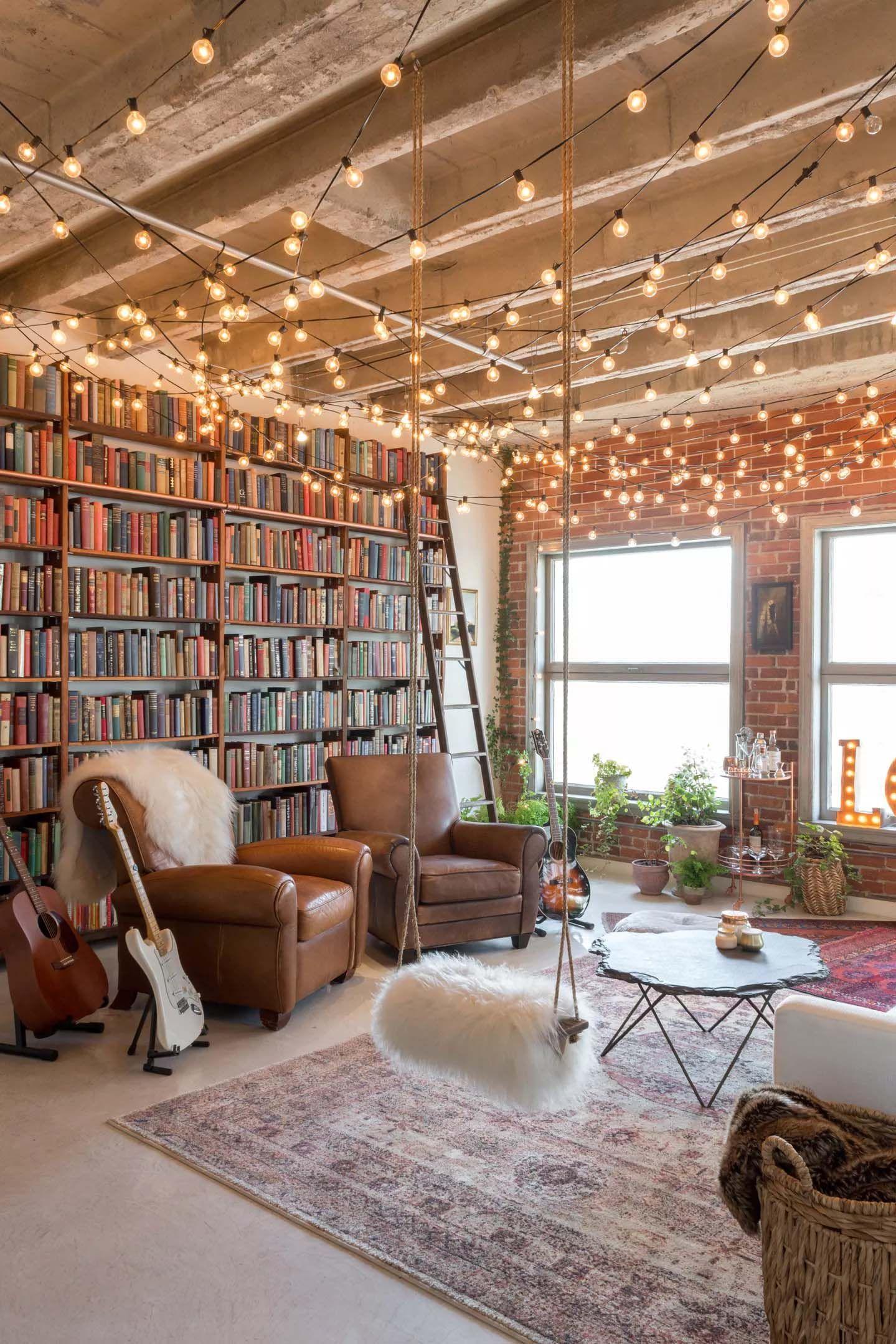 Techo del salón decorado con guirnaldas de luces