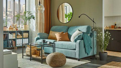 salón de ikea con sofá verde