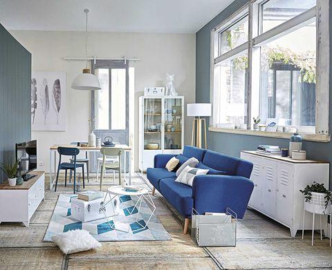 ordenar un piso compartido salón en blanco y azul