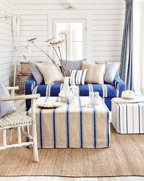 salón de estilo playero en azul y blanco