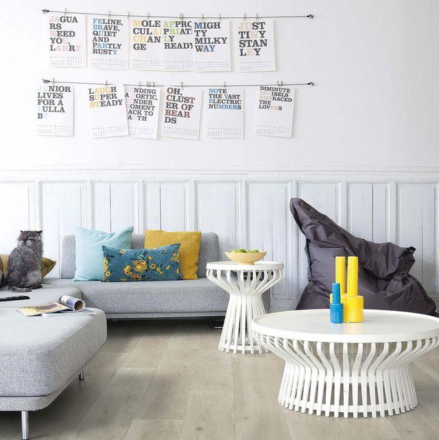 salón moderno con zócalo de molduras