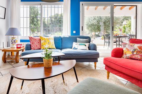 salón moderno decorado con colores