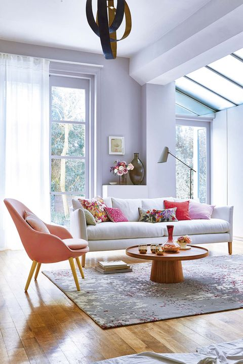 salón moderno en tonos gris y rosa